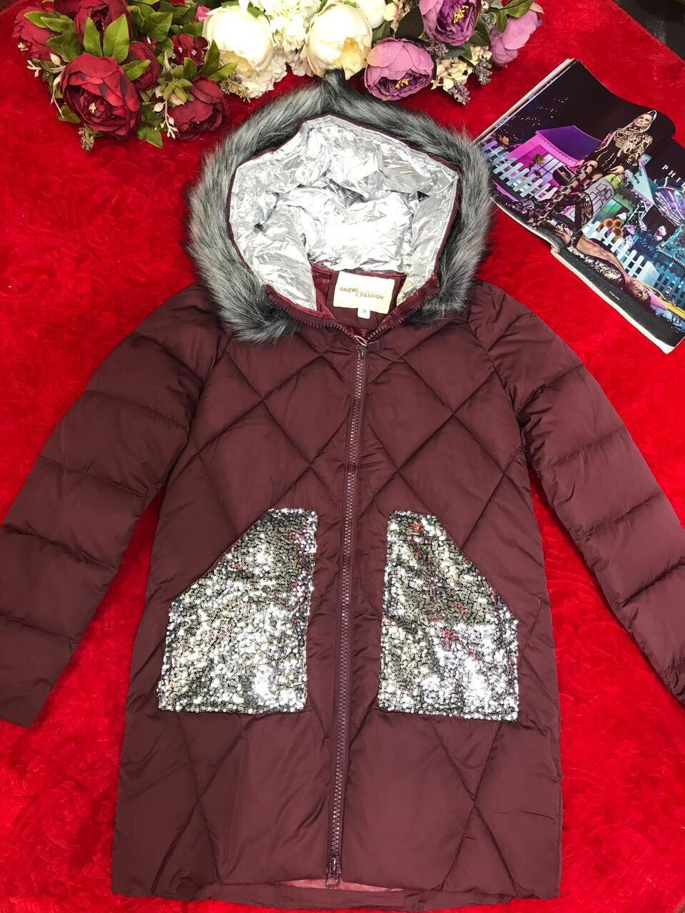 Женское пальто с пайетками на карманах