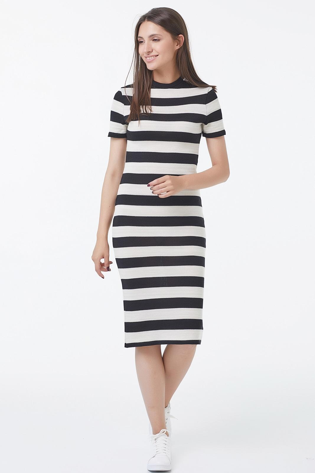 Вязанное трикотажное платье в крупную полоску