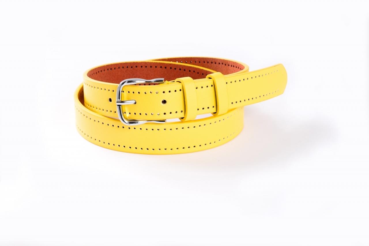 Желтый ремень с двойной перфорацией и серебристой пряжкой