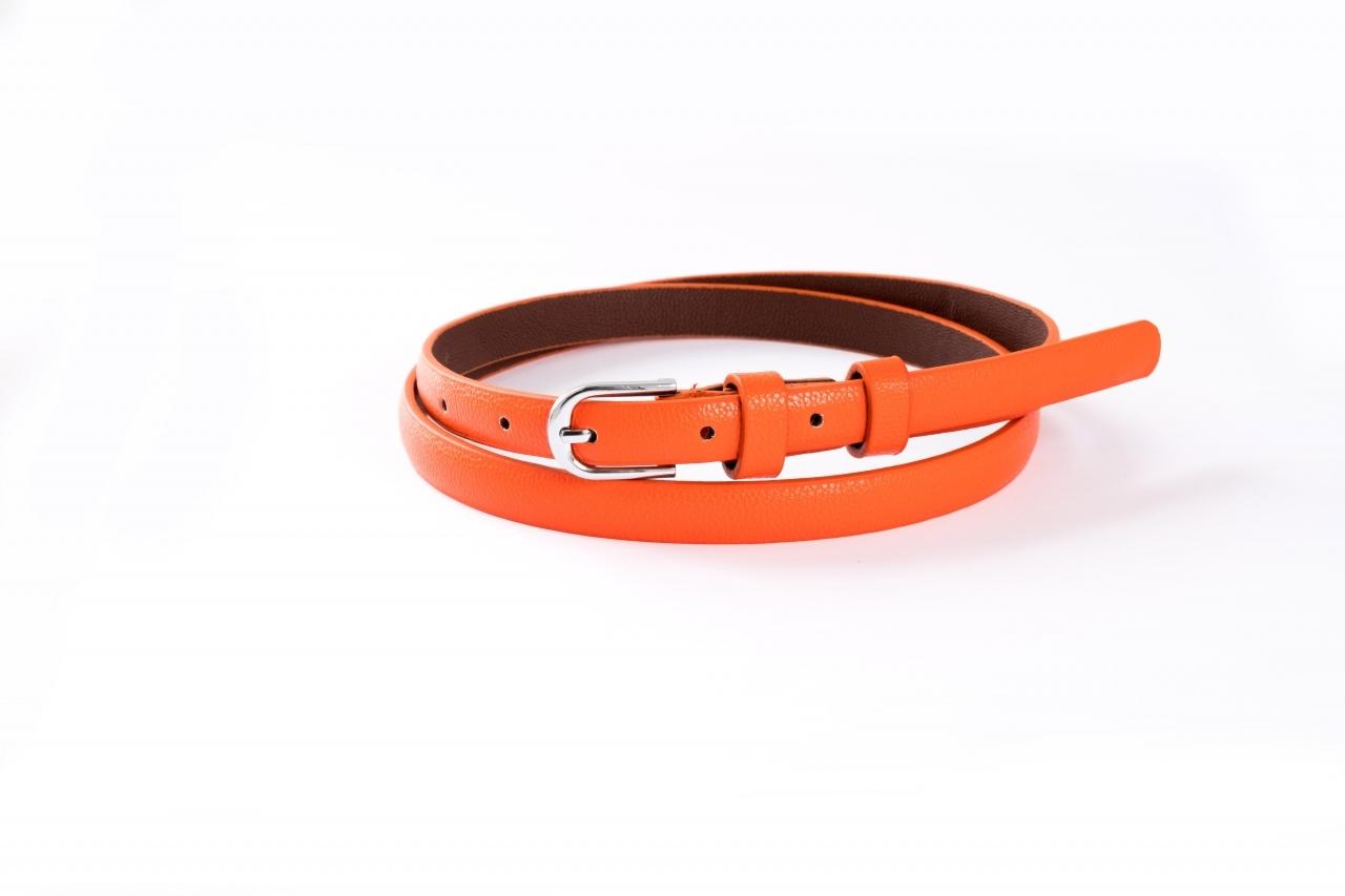 Ремень оранжевого цвета с гладкой пряжкой
